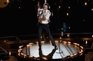 adam-levine-and-maroon-5-perform-at-the-2015-oscars